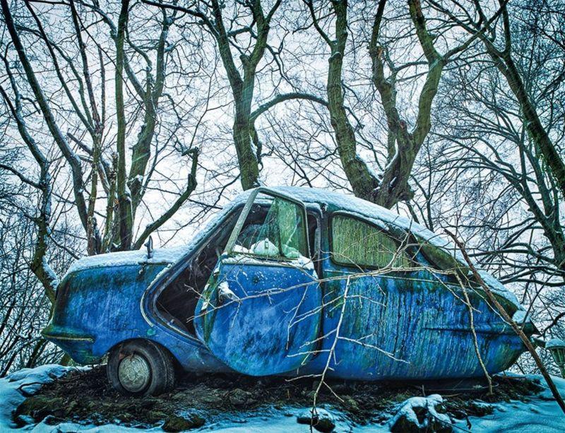يبحث المصور الألماني المستقل ديتر كلاين عن موضوعات أعماله في ساحات خلفية رثة وحظائر متربة وحقول مهجورة وغابات كثيفة.