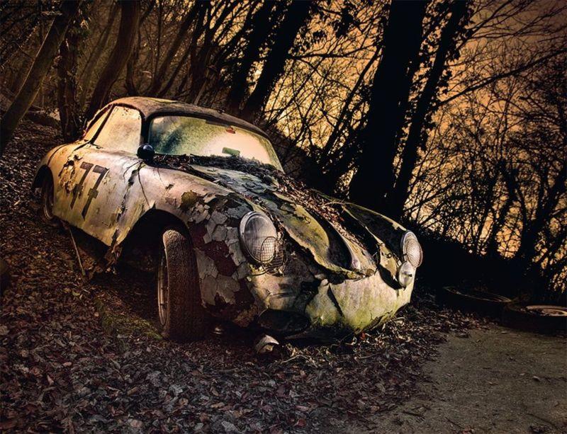 تخفي بعض السيارات على ما يبدو حكايات عن أصلها وكيف انتهى بها الحال هكذا، مثل هذه السيارة المهملة في غابة وتحمل رقم 77.