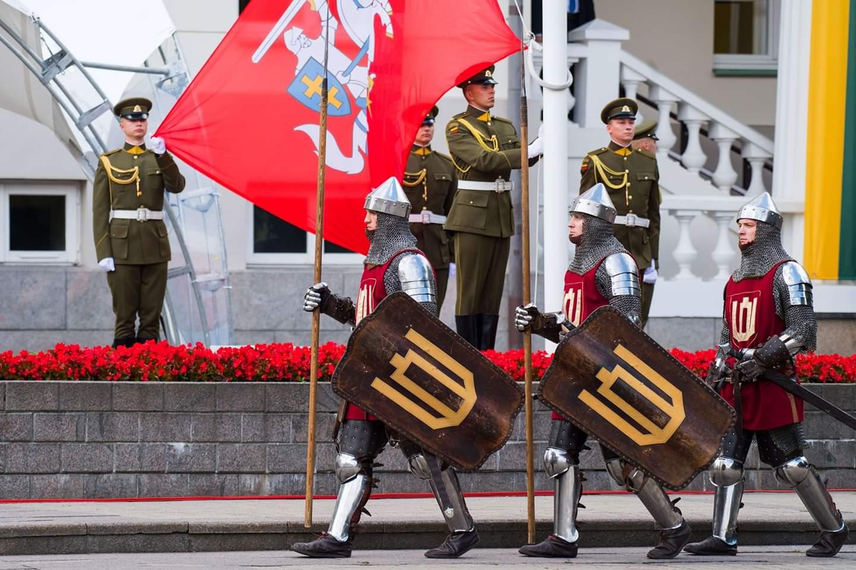 تظهر الصور أناس وحرس الشرف خلال مشاركتهم في الاحتفال بيوم الدولة في فيلنيوس في ليتوانيا يوم 6 يوليو 2020. ويوم الدولة هو عطلة عامة سنوية في ليتوانيا يحتفل به في 6 يوليو لإحياء ذكرى تتويج مينداوغاس في عام 1253 ملكا لليتوانيا.