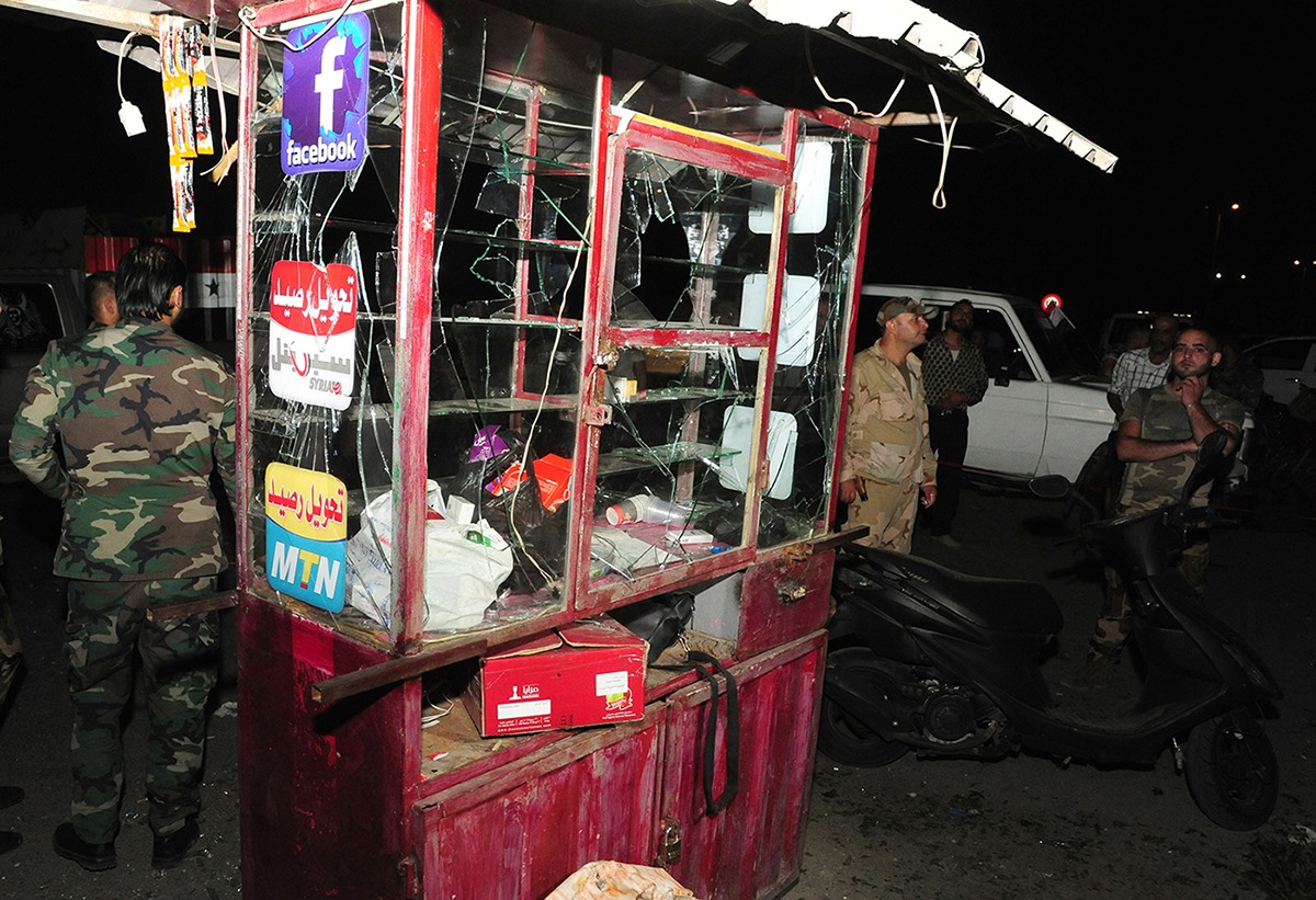 متجر متضرر بعد انفجار في دمشق بسوريا يوم 18 يوليو 2020. وذكرت وكالة الأنباء الرسمية السورية ((سانا)) أن شخصا قُتل وأُصيب آخر بجروح إثر انفجار وقع مساء يوم السبت في دمشق.