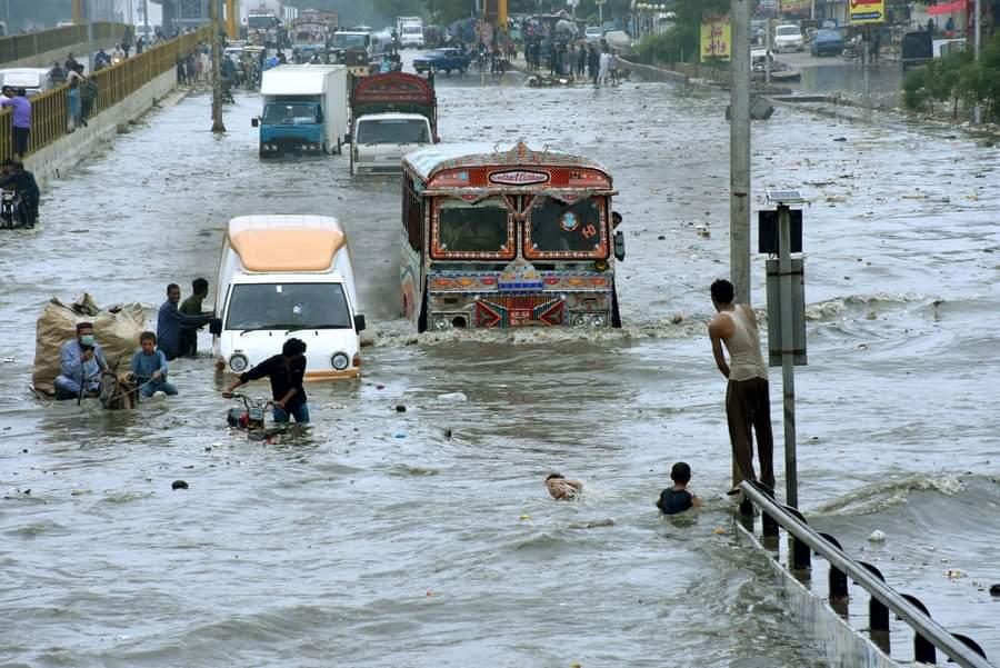 تظهر الصورة الملتقطة في 26 أغسطس 2020 منطقة غمرتها المياه في مدينة كراتشي الساحلية جنوبي باكستان. وأفادت وسائل الإعلام المحلية يوم الأربعاء بأن موجة جديدة من الأمطار الغزيرة والفيضانات تسببت بدمار في أجزاء من باكستان، مما أسفر عن مقتل العديد من الأشخاص وتشريد المئات وتدمير العديد من المنازل.