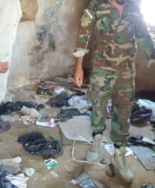 ملابس عسكرية وجدت في مضافة الارهابي