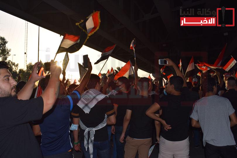 متظاهرون تحت جسر الضريب في كربلاء