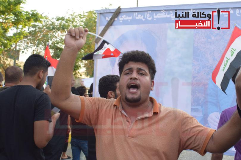 متظاهر يردد الشعارات المطلبية