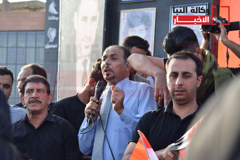 متظاهرون يلقون احد بياناتهم