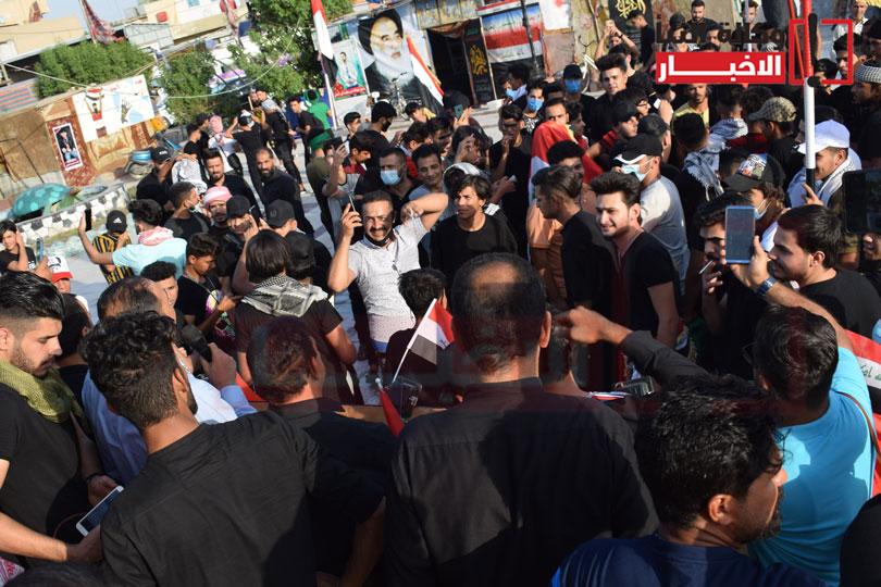 المتظاهرون يرددون شعاراتهم