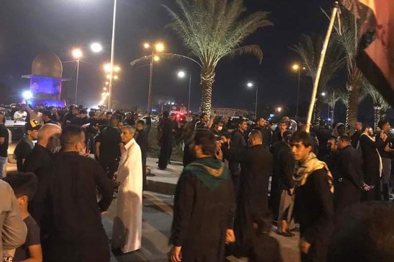 مواطنون ينتظرون جثمان السيد جاسم الطويرجاوي