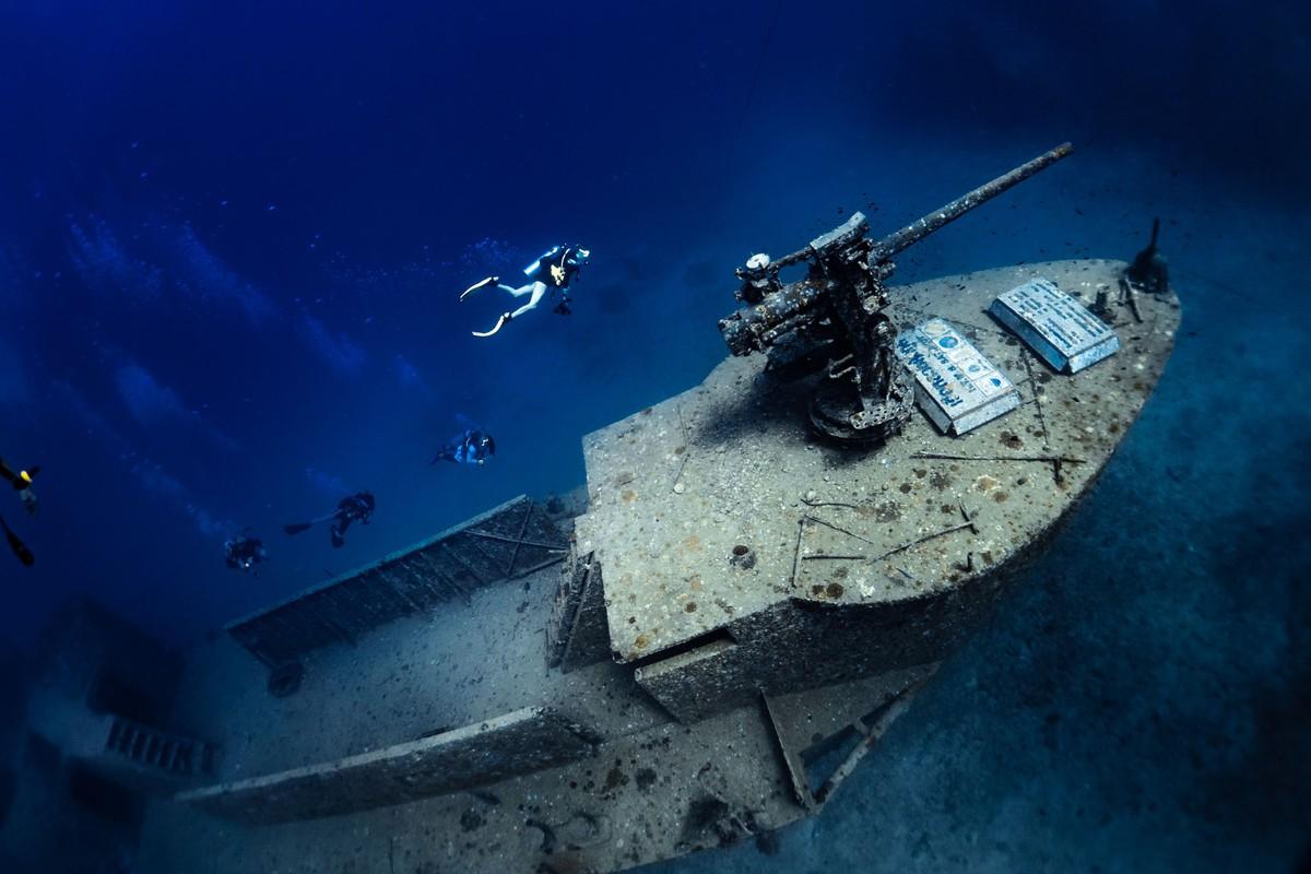 تستريح على أعماق تتراوح بين 27 و 30 مترًا، بطول 49 مترًا وعرض 7 أمتار، ستدرك تمامًا مقدار الوحش الذي تتمتع به السفينة البحرية السابقة حقًا عندما يكون لديك رؤية تتجاوز متوسطها البالغ 5 أمتار.
