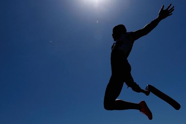يتنافس ديزموند جاكسون من الولايات المتحدة في نهائيات الوثب الطويل للرجال خلال التجارب البارالمبية الأمريكية لعام 2021 في مدرسة بريك الثانوية في مينيابوليس، مينيسوتا، في 18 يونيو 2021.