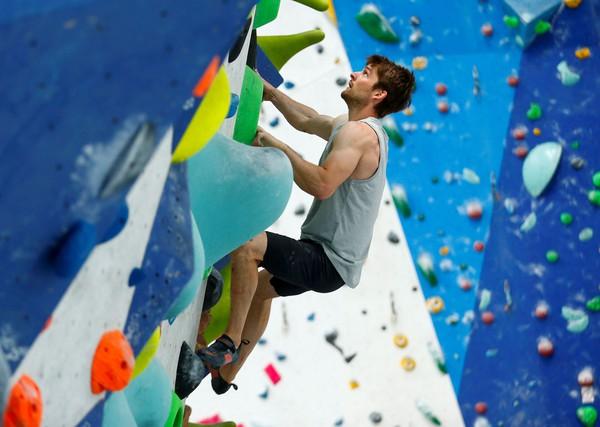 متسلق الرياضة الألماني، الفائز بكأس العالم، ومنافس أولمبياد طوكيو، يان هوجر، يتدربان في صالة التسلق حيث ينتظر التسلق الرياضي بدايته الأولمبية في تخصصات السرعة والصخور والصدارة، في هيلدن، ألمانيا، في 4 يونيو 2021.