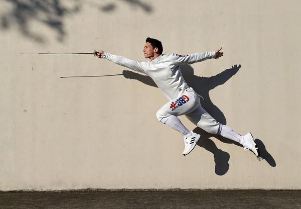 ماركوس ميبستيد من بريطانيا يطرح صورة للاحتفال بالإعلان الرسمي لفريق المبارزة الذي تم اختياره للفريق GB لدورة الألعاب الأولمبية بطوكيو في بروكلين، نيويورك، في 19 مايو 2021.