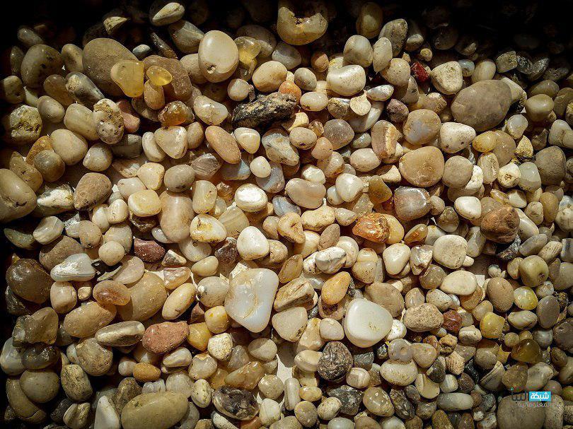 يميز حجرا عن الاخر هو عناصر التداخل خلال الانبثاق والتكوين الكرستالي السريع