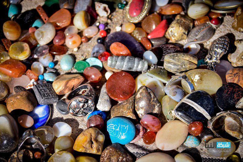 تتكون أساساً من مادة السليكا مع وجود بعض الشوائب المعدنية