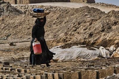 نساء الشمس في معامل الطابوق.. حياة قاسية ومستقبل مجهول