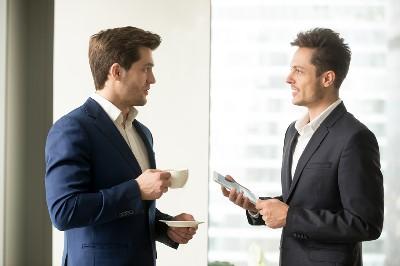 المجاملة.. بين الكلام المعسول وتلطيف العلاقات بين الناس