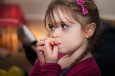 قضم الأظافر بالفم: عادة مرضية أو سلوك مكتسب